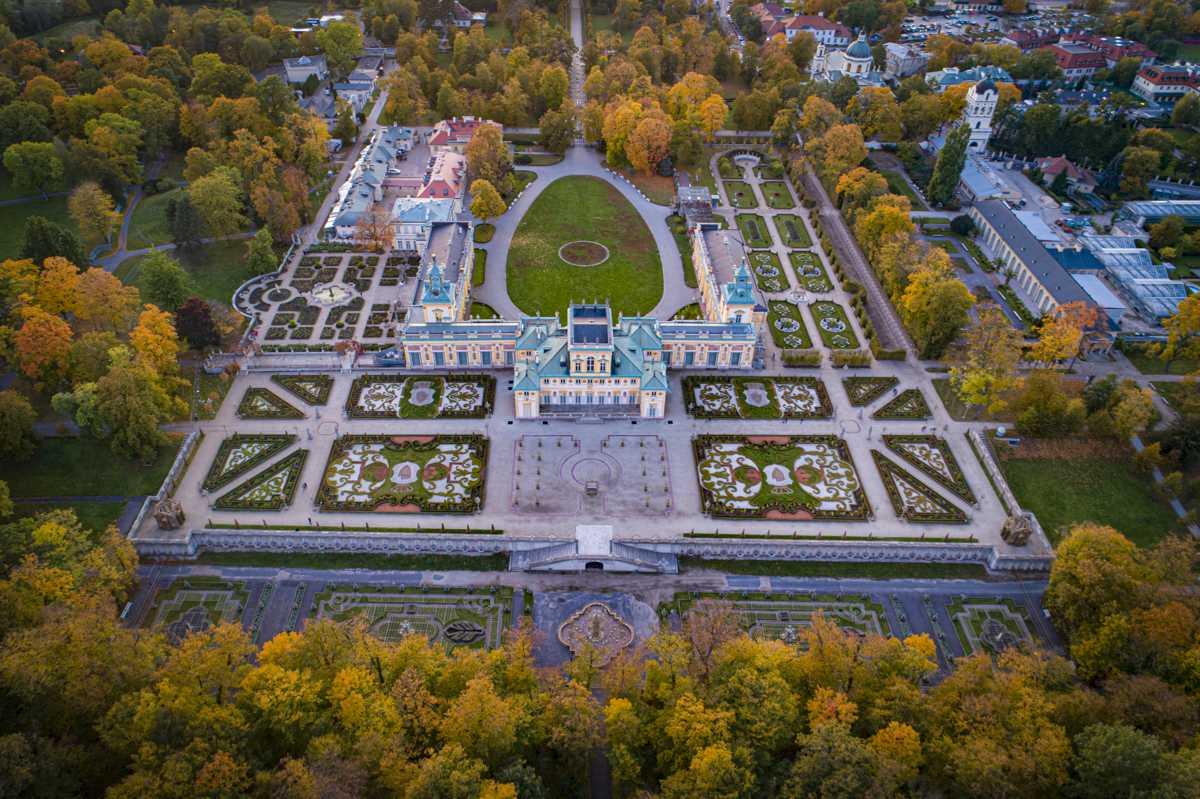 Pałac w Wilanowie z lotu ptaka - widok ogrodu